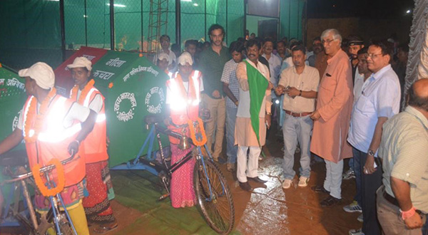 The mayor of Ambikapur flags off two tricycles for door-to-door waste collection